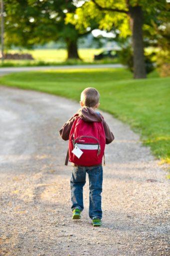 Kleine jongen op weg naar school